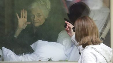 Photo of Драма в одном фото: 81-летняя женщина с коронавирусом машет дочери за окном дома престарелых