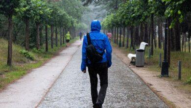 Photo of Почему осенью опасно носить дождевики и резиновые сапоги: объясняет дерматолог