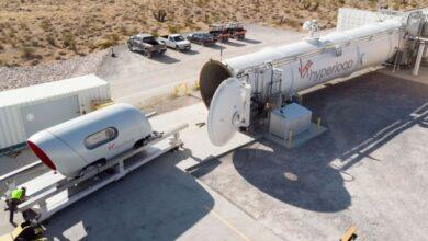 Photo of Вакуумный поезд Hyperloop впервые испытали с пассажирами на борту